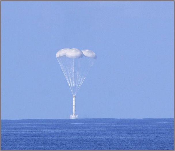 O impacto nas águas sustentado por paraquedas