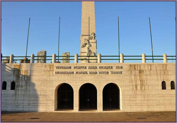 Os 32 projéteis em mármore, unidos por barras de bronze, para simbolizar a coesão