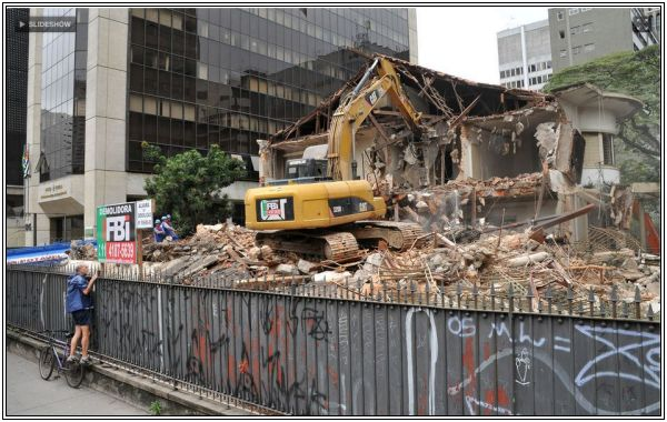 O andamento da demolição sob o olhar de curiosos e críticos