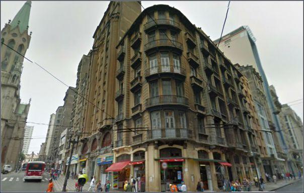 Este edifício de 5 andares foi construído após a demolição do casarão neoclássico, onde ocorreu o famoso crime.