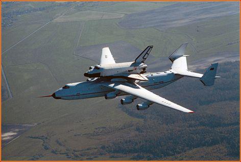 Buran sendo transportado pelo maior avião do mundo, o Antonov 225