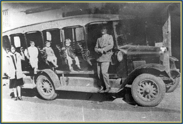 """Fig. 2: As crianças pareciam se encantar com o novo veículo, dai o surgimento da lenda """"Mamãe me leva"""" neste onibus."""