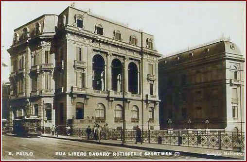 O Hotel em 1932, fazendo esquina com o antigo Viaduto do Chá