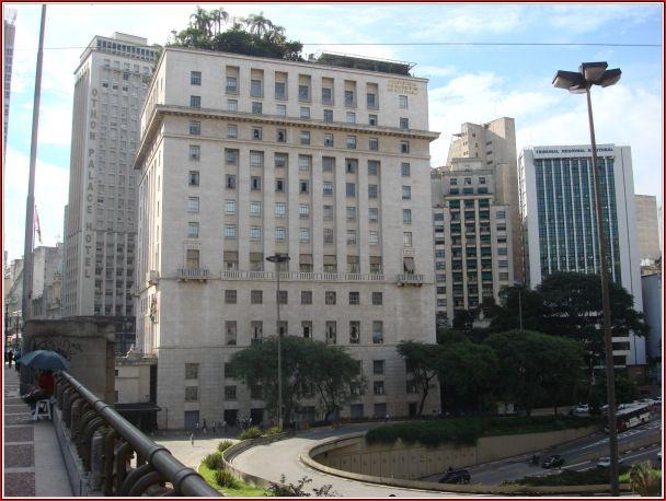 O edifício Conde Francisco Matarazzo em sua forma atual e com um detalhe curioso em seu teto: o telhado verde.
