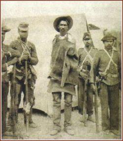 Soldados do Exército levam prisioneiro para execução