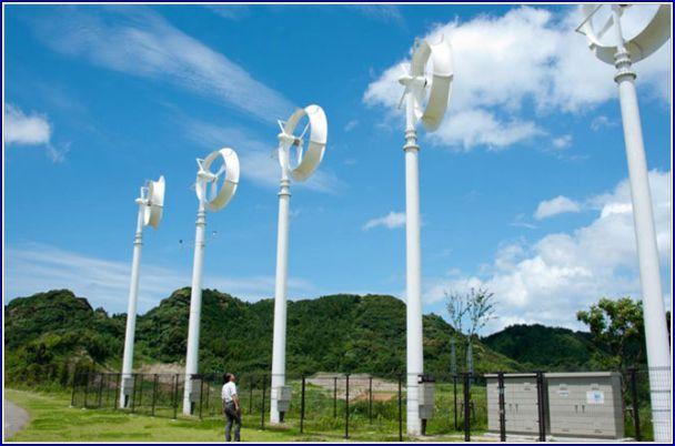 """Um parque eólico de """"wind lens"""", onde cada torre pode gerar 5kW."""