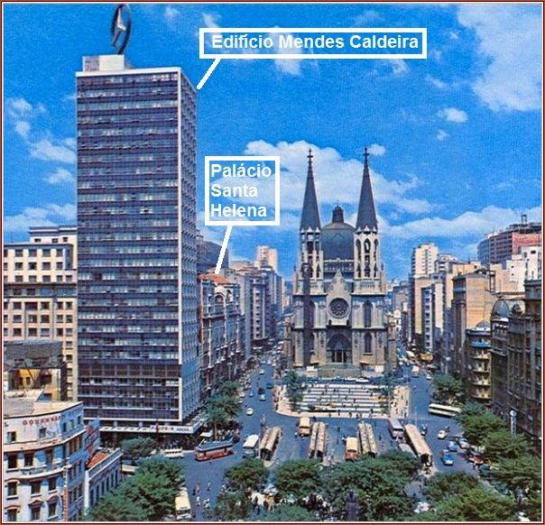 A praça da Sé em 1965, área central bem movimentada funcionando também como um terminal de ônibus. A esquerda o famoso edifício de 30 andares, com a torre símbolo da Mercedes Bens, e seu vizinho não menos famoso, o Palacete Santa Helena.