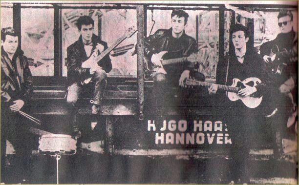Imagem rara de quando os Beatles eram de cinco integrantes. Foto tirada em Hamburgo em 1960 por Astrid Kirchher (namorada de Klaus Voormann). Da esquerda para a direita: Pete Best, George Harrison, John Lennon, Paul McCartney e Stuart (Stu) Sutcliffe.