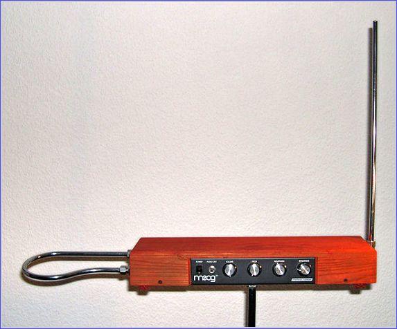 Theremin montado a partir do kit elaborado por Robert Moog: a antena à esquerda controla o volume, enquanto a vertical controla a frequência dos osciladores.