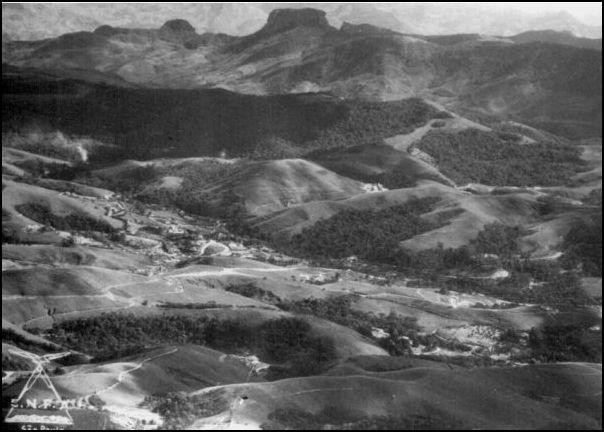Esta era a visão que Luiz Dumont Villares tinha da Pedra do Baú, do local onde estava sendo construído o Hotel Toriba em Campos do Jordão, naqueles anos 40, do século passado
