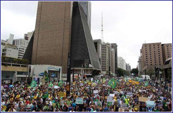 Mais uma vez a Avenida Paulista lotada de manifestantes pró Impeachment