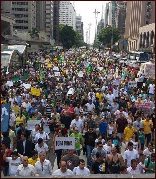 Avenida Paulista tomada, contrariando a informações da imprensa, mais uma vez.
