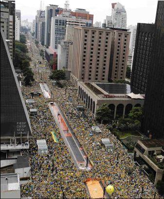 Av. Paulista, ruas transversais e paralelas tomadas pela multidão no maior ato cívico da história (AFP)