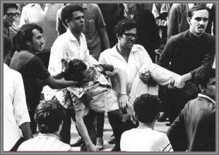 """Os estudantes da USP usando o garoto morto como troféu ou factóide em passeata por SP, querendo induzir culpabilidade na Polícia ou nos mackenzistas """"reaças"""". O garoto não estudava em nenhuma das universidades e foi alvejado por uma bala perdida. Por ser tão jovem não tinha nenhuma ideologia política formada."""