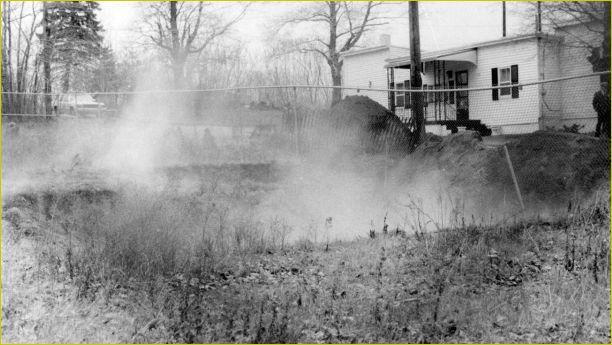 """A fumaça, fogo e os gases """"brotam"""" do solo na cidade de Centralia, PA"""