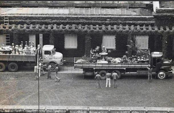 Caminhões retiram as obras de arte da mansão (1988)