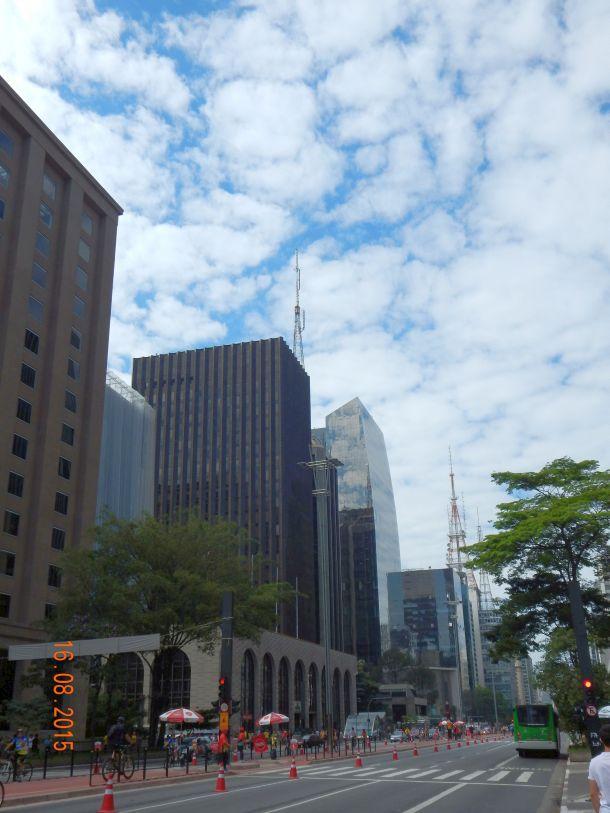 A torre de vidro inserida no perfil da Av. Paulista, reproduzindo a imagem do céu