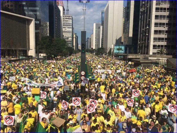 Do centro da Av.Paulista em direção ao Bairro do Paraíso, a avenida totalmente ocupada.
