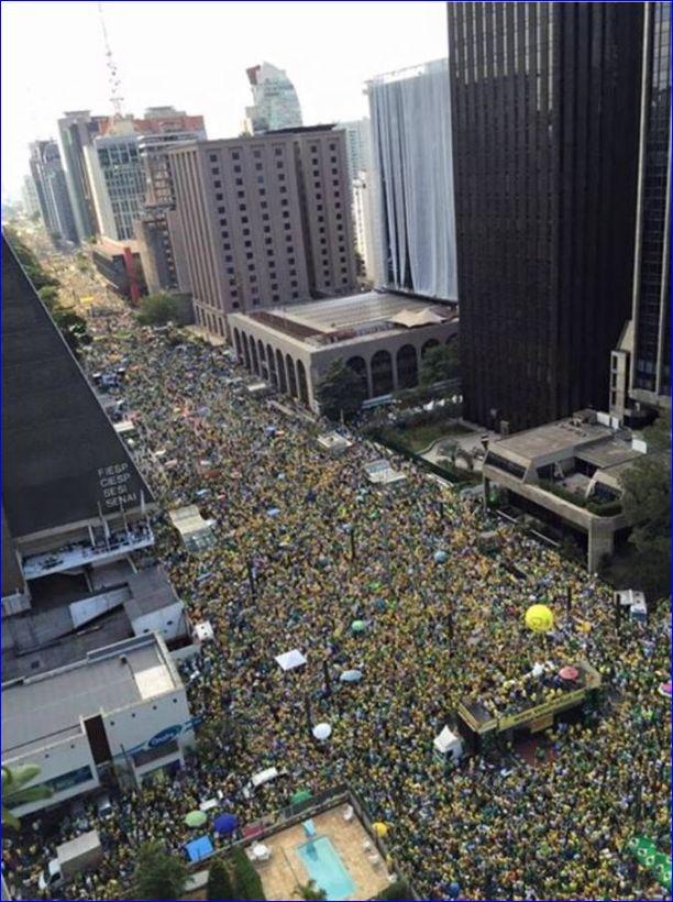 No outro extremo, do centro da Av.Paulista em direção a Consolação, a avenida também totalmente ocupada.