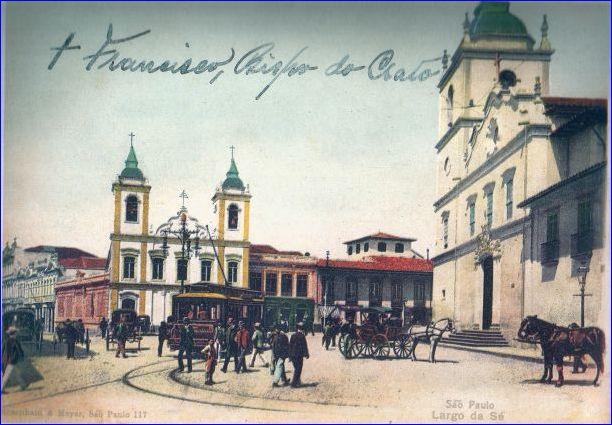 """Provável cenário em 1910, com a catedral """"velha Sé"""" a esquerda e a igreja São Pedro a direita, vistas do encontro da Rua 15 de Novembro com Rua Direita."""