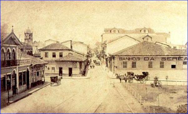 Largo São Bento em 1884 em foto de Militão Augusto de Azevedo. A direita a famosa Casa de Banhos de José Fischer, Serêa Paulista. Do centro ao fundo a Rua São Bento. (Acervo do Museu Paulista da USP – Museu do Ipiranga)