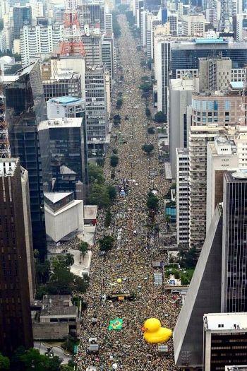 A massa humana de 1,4 milhões da Av. Paulista: A avenida transbordou, ocupando também as paralelas Alameda Santos e Rua São Carlos do Pinhal. Muitas das transversais que ligam estas 3 vias também tiveram lotação de pessoas.