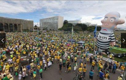 Brasília, o centro do poder, também recebeu população recorde e ocupou os entornos dos principais prédios de poderes. Também considerado a maior manifestação da cidade até agora...
