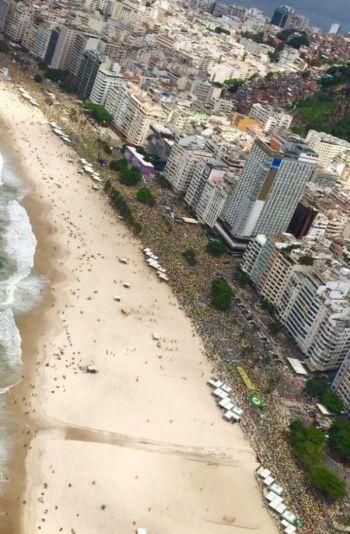 A orla de Copacabana, com estimativa preliminar de 1 milhão de pessoas é considerada a maior manifestação da cidade em todos os tempos.