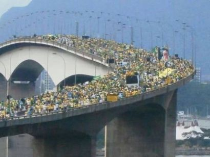 Cena emblemática no sistema viário que liga Vitória a Vila Velha, foi coberto por uma massa verde amarela, representando também a maior manifestação pública do Espírito Santo.