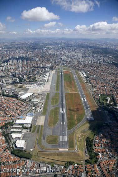 """O crescimento da cidade """"engoliu"""" o aeroporto e criou restrições para seu funcionamento. Mesmo assim sucessivos níveis recordes de operações vem ocorrendo e ele deve ser ampliado mais uma vez"""