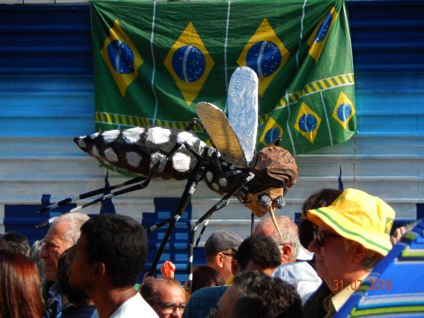 Até o mosquito Aedes, recebeu uma repaginada, representando desta forma, as mazelas de saúde e política juntas...