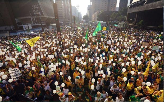 Como sempre a população atendeu as convocações e preencheu os espaços da Av. Paulista com verde amarelo e suas faixas e cartazes de contestação.